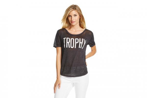 67b5edb314 Szexista pólón akadt ki a Twitter népe. Ön felvenne egy Trófea feliratú  pólót?