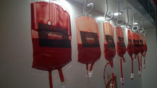 043a42406f Több mint ütős volt a Walking Dead vérgyűjtő standja